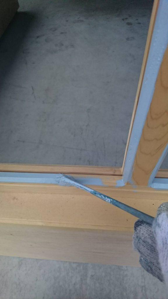 坂戸市で店舗の窓枠を塗装する写真