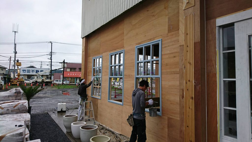 坂戸市で店舗の窓枠を施工する写真