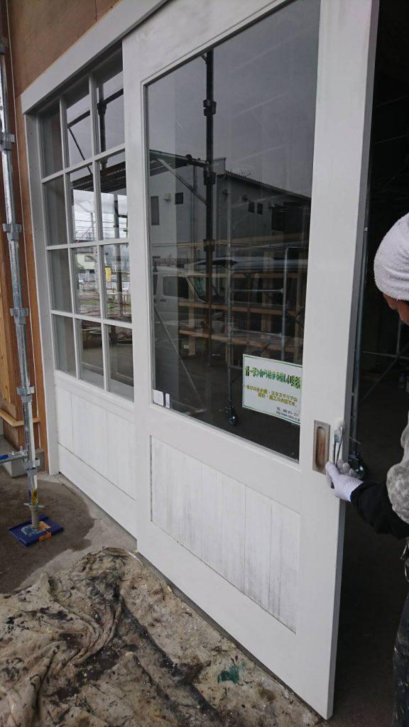 坂戸市で店舗の内装を塗装している写真