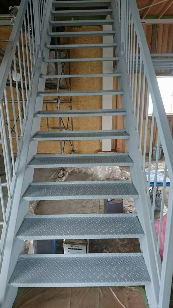 坂戸市で店舗の階段を塗り替えている写真