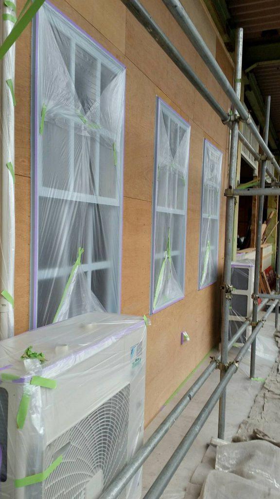 坂戸市で店舗を塗り替えている写真